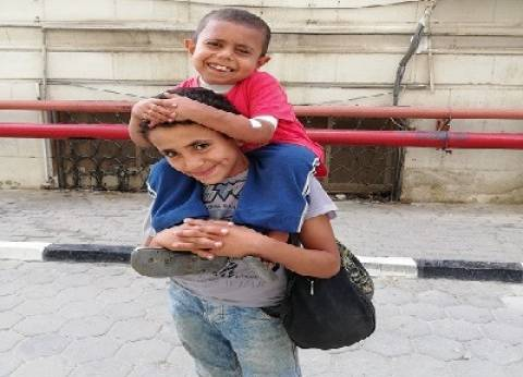 طفل يحمل شقيقه من «ببا» لغسل الكلى بـ«الدمرداش»: «عشان يخف»