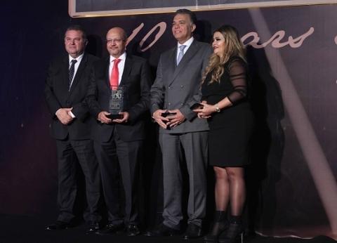 «قناة السويس» يحصد جائزة «الأفضل» ويكرم نموذجين من عملاء المشروعات الصغيرة