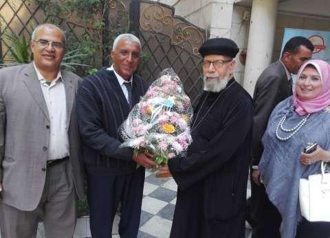 بالصور| رئيس حي العجوزة يهنئ الأقباط بعيد القيامة