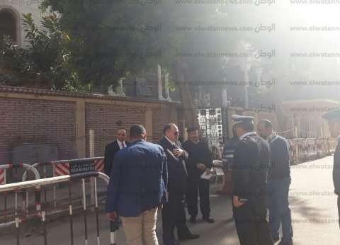 بالصور| مدير أمن الجيزة يتفقد الخدمات الأمنية أمام الكنائس