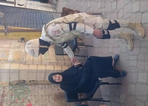 أفراد الجيش يساعدون كبار السن أمام لجان الانتخابات في بولاق أبو العلا