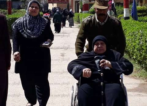 """مسنة في البحيرة تدلي بصوتها على كرسي متحرك: """"بحب السيسي وبحب مصر"""""""