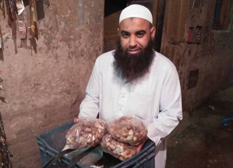 «أحمد» يوصل التمور «دليفري» للزبائن قبل رمضان: «الزبون واثق فيا»