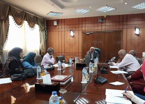 """محافظ بورسعيد يوزع 31 شهادة """"أمان"""" على العمال المتميزين"""
