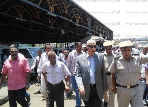 محافظ أسوان يتفقد موقف سيارات الأقاليم ويلتقي بالسائقين