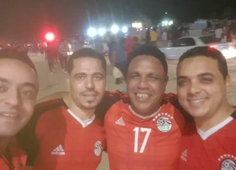 الجماهير تلتقط «سيلفي» مع والد «النني»: «منتخب مصر صعد كأس العالم»