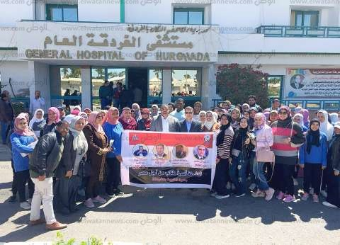 طلاب «من أجل مصر» يوزعون الورود على المرضى بمستشفى الغردقة