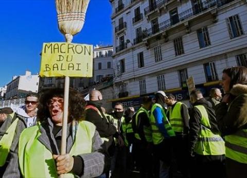 """محتجو """"السترات الصفراء"""" بفرنسا يطالبون بوقف اقتطاعات الرواتب التقاعدية"""