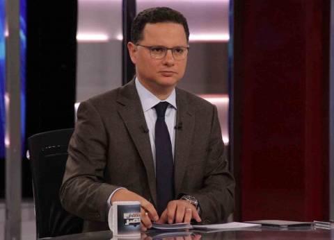 شريف عامر يعرض لقطات لمرشح لا زالت بطاقة التصويت بيده أثناء الفرز بأسوان