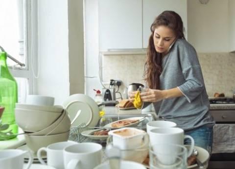 14 خطأ شائعاً لدى «ربات البيوت» فى «المطبخ».. أخطرها: تذوق الطعام بـ«الملعقة» أثناء الطهى والتساهل مع حالات «التسمم الغذائى»
