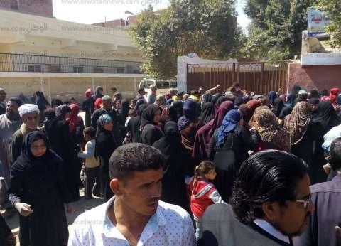 مواطنون يرقصون أمام لجنة الوافدين بالإسكندرية
