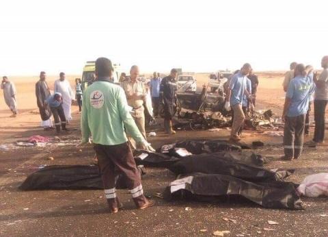 محافظ أسوان يقدم واجب العزاء لأسر ضحايا حادث تصادم سيارتين بالصحراوي