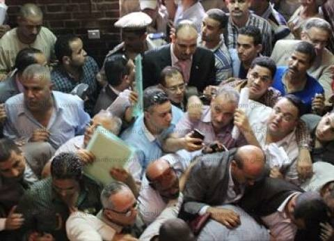احتشاد الناخبين أمام لجنة الثانوية الزراعية بالإسماعيلية بعد توقف التصويت