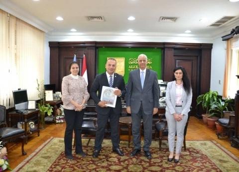 رئيس جامعة الإسكندرية يستعرض التطوير الإداري مع مشرف التميز الحكومي