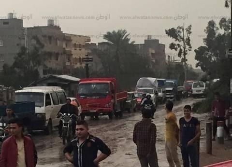 بالصور| الأمطار الغزيرة تتسبب في غلق طريق (دمياط - المنصورة)