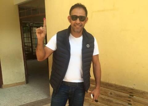 """عمرو مصطفى يصوت في مدينة نصر.. ويناشد الناخبين: """"انزلوا اعملوا اللي عليكم"""""""