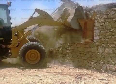 إزالة 17 حالة تعد على أراضي الدولة بإدفو في أسوان