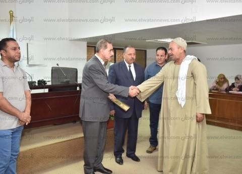 محافظ أسيوط يسلم 10 عقود تقنين أراضي الدولة لبعض واضعي اليد