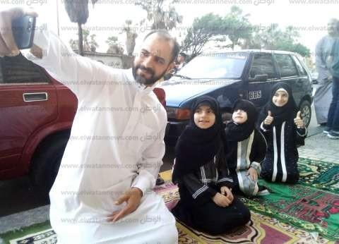 """""""أبو البنات"""".. محمد يحرص على اصطحاب صغيراته لأداء صلاة العيد"""