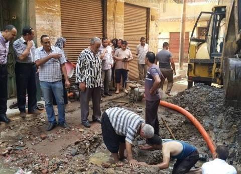 بالصور| رئيس مدينة دسوق يتابع إصلاح انفجار خط مياه بشارع المدارس