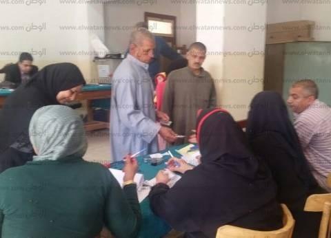 بالصور| توافد أهالي قرية العدوي للإدلاء بأصواتهم في الانتخابات