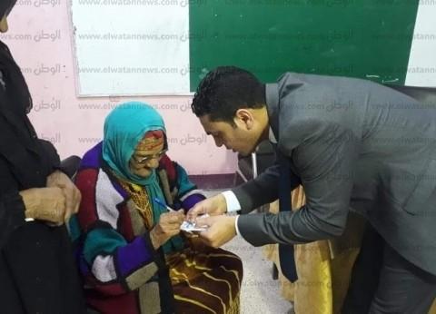مستشارون يساعدون المسنين للإدلاء بأصواتهم في الاستفتاء بالشرقية