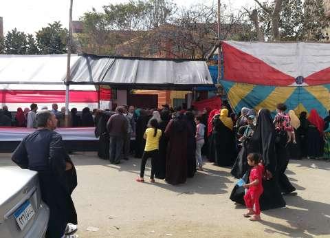 إقبال نسائي على تصويت التعديلات الدستورية بمنشأة ناصر