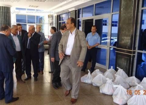 جامعة كفر الشيخ توزع 600 كرتونة غذائية بمناسبة شهر رمضان