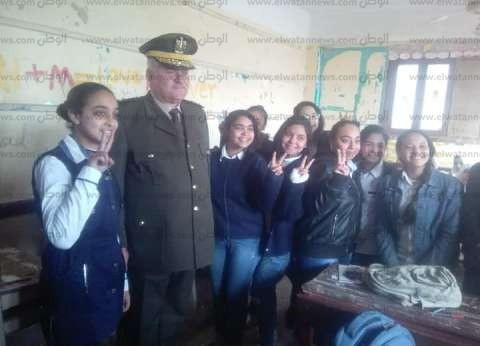 بعلامة النصر.. طالبات مدرسة يستقبلن مأمور شرطة في بني سويف