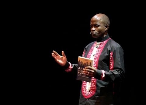 """أجنبي يدير جلسة """"إفريقيا التي نريدها"""" لأول مرة.. وخبراء: """"جميعنا واحد"""""""