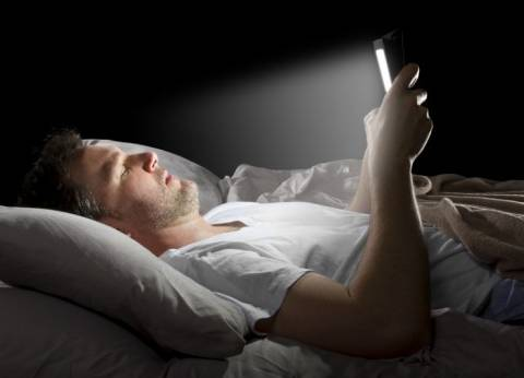 زوجتي العزيزة.. أصدرت فرمان عدم تصفح النت قبل النوم