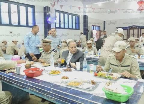 """مدير أمن كفر الشيخ يتناول الإفطار مع المجندين """"روح محبة ومنظومة واحدة"""""""