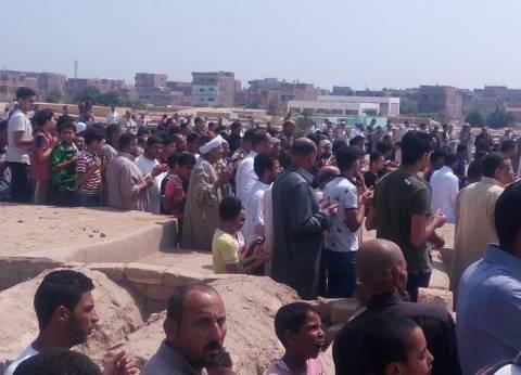 الآلاف يشيعون جثمان المجند علي الطوخي شهيد حادث رفح بالقليوبية