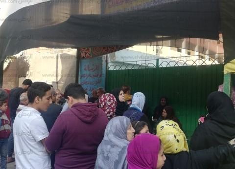 """طابور أمام """"شبرا للغات"""" انتظارا لإعادة فتح اللجان بعد الاستراحة"""