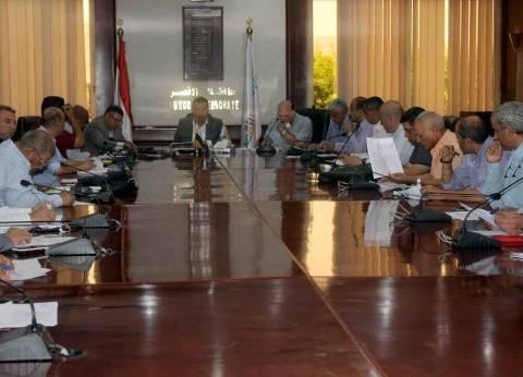 محافظ الأقصر يناقش مشكلات القطاعات الخدمية خلال اجتماع المجلس التنفيذي