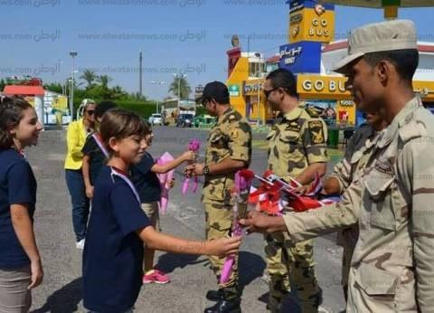 عشرات المواطنين يشاركون في احتفالات «ذكرى النصر» أمام النصب التذكاري