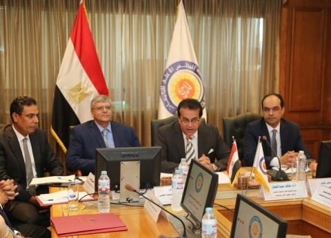 """وزير التعليم العالي يجتمع برؤساء وأمناء لجان """"الأعلى للجامعات"""""""