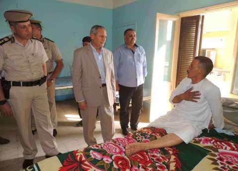 مدير أمن سوهاج يزور مساعد شرطة بالمرور صدمته سيارة