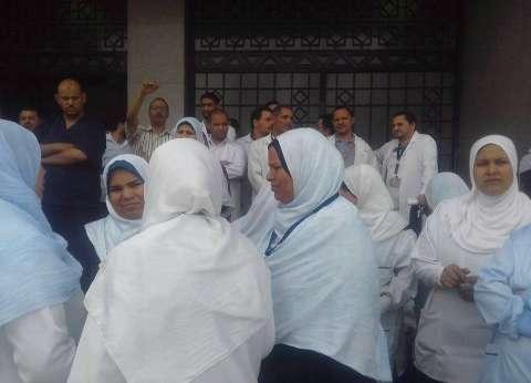 وقفة احتجاجية بمركز أورام المنيا بسبب نقل المدير وطبيب