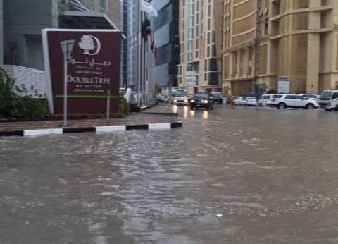 أمطار غزيرة وفيضانات تقتل شخصا بالسعودية وتعيق الحركة في قطر