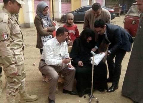 رئيس لجنة يخرج لسيدتان معمرتان في بني سويف لتيسير تصويتهما