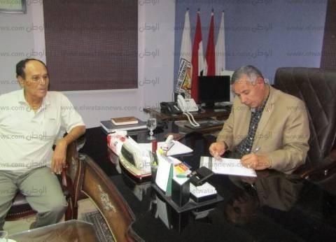 """بالصور  رئيس مدينة أبورديس يوقع استمارة """"علشان تبنيها"""" لدعم السيسي"""