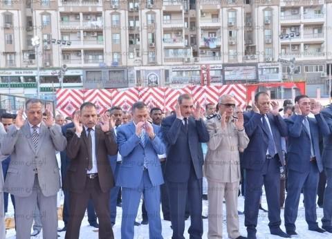محافظ أسيوط يشارك المواطنين صلاة عيد الفطر بساحة أرض الملاعب