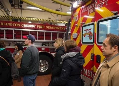 بالصور| الأمريكيون يصوتون داخل محطة إطفاء في فيرجينيا