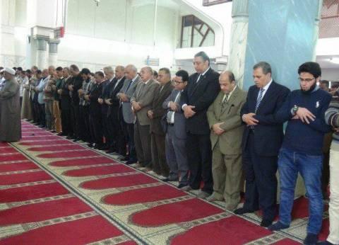 المئات يؤدون صلاة الغائب على أرواح شهداء الروضة في جامعة المنيا