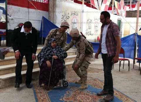 """قوات تأمين """"محمد شوقي"""" في بلقاس تساعد مُسنة على التصويت"""