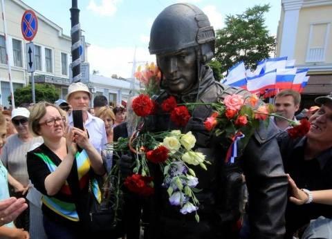 """تمثال الجندي والفتاة """"يوحد"""" الجيش الروسي وسكان القرم"""