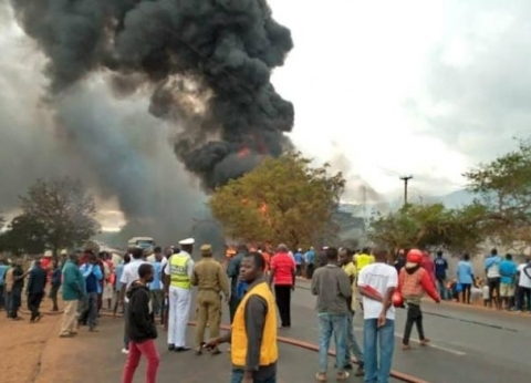 فيديو وصور.. مصرع 61 شخصا وإصابة 70 إثر انفجار صهريج وقود في تنزانيا