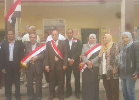 وكيل وزارة التربية والتعليم بالجيزة مرتديا علم مصر: هتبقى أد الدينا