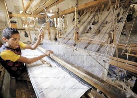 بالصور| منسوجات أخميم اليدوية.. مهنة الآباء والأجداد يتوارثها الأبناء